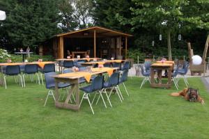 De tafels en stoelen staan klaar