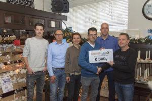 Voorzitter Jan Willem van Bodegom (r) overhandigt de cheque aan de werkgroep Fijnaart voor Serious Request.